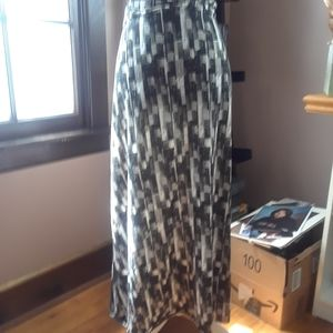4/$15 Size 2X long pattern black and white skirt
